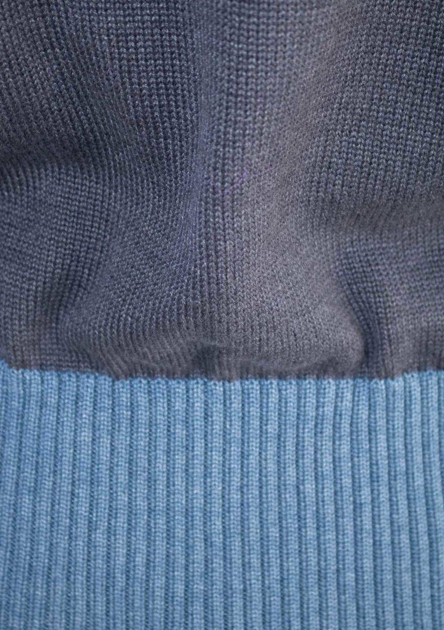 Blauer Strickpullover mit Stehkragen